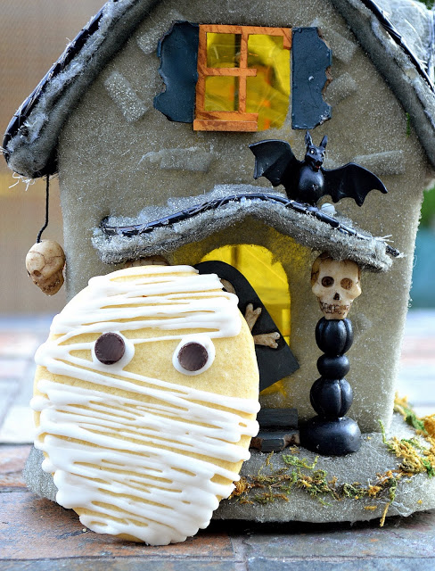 Mummy Cookies - These easy Mummy Cookies are made with sugar cookies, a bit of white icing for bandagesand chocolate chips for eyes!