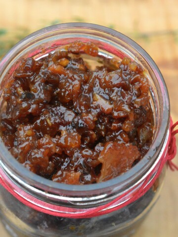 The BEST Homemade Food Gifts Bacon Jam - Easy to make and adds such dimension to vegetables, sandwiches, burgers and more! Makes a great food gift!